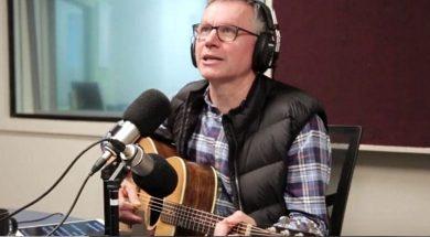 Colin-Buchanan-singing-Dad-Jokes-at-Hope-1032-1500.jpg