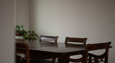 empty-dining-table-regular-man-unsplash.jpg