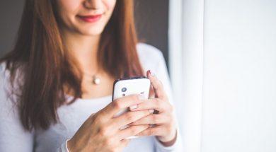 girl-texting-kaboompics-pexels.jpg