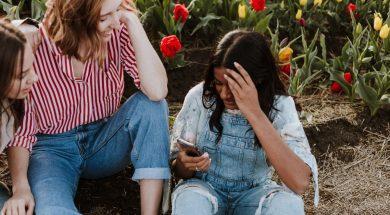 friends-looking-at-phone-priscilla-du-preez-unsplash.jpg